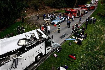 Máy định vị GPS khiến xe buýt đập gầm cầu